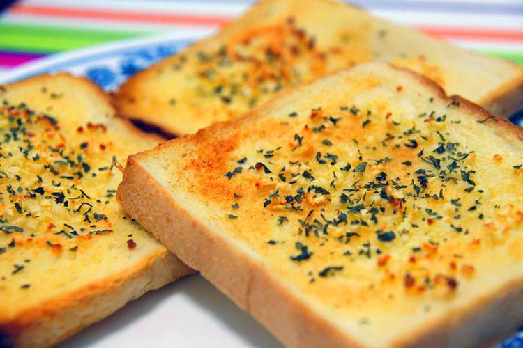خبز التوست بالثوم