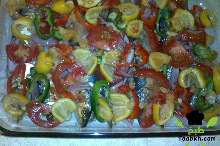 صينية سمك السردين مع الطماطم والفلفل و الليمون و البصل حلقات