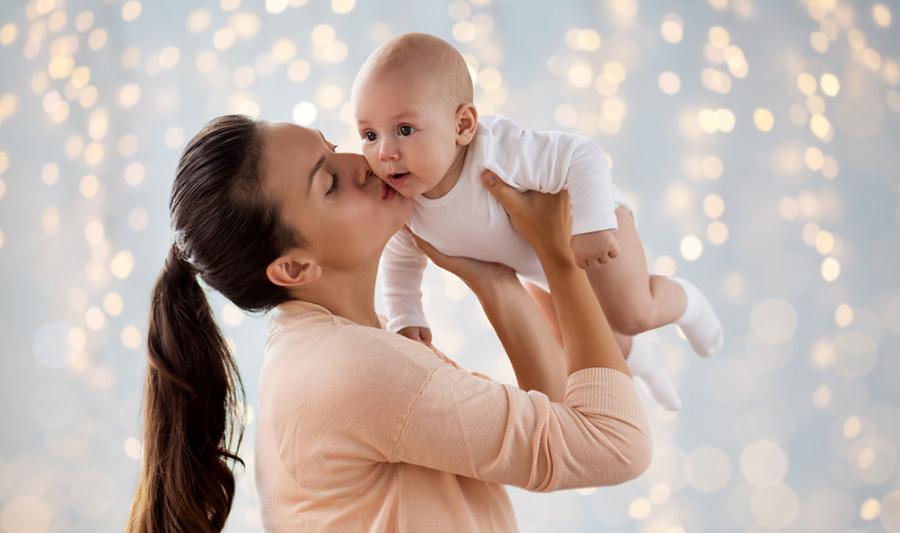 تقبيل الأطفال الرضع من الفم