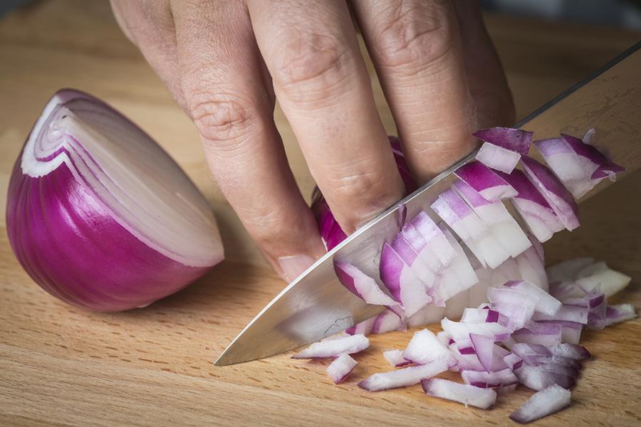كيفية تقطيع البصل بدون دموع بطرق فعالة