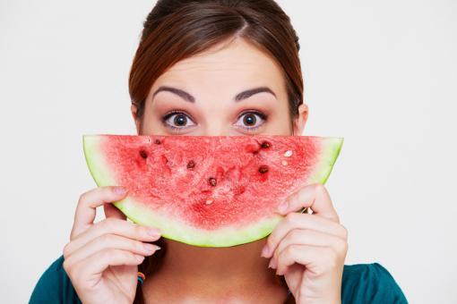 أهم فوائد البطيخ الصحية للنساء