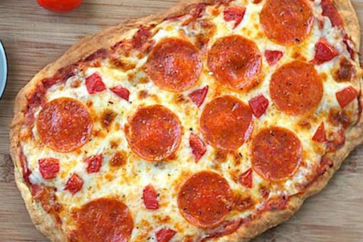 بيتزا عجينة البف باستري بشرائح ببروني
