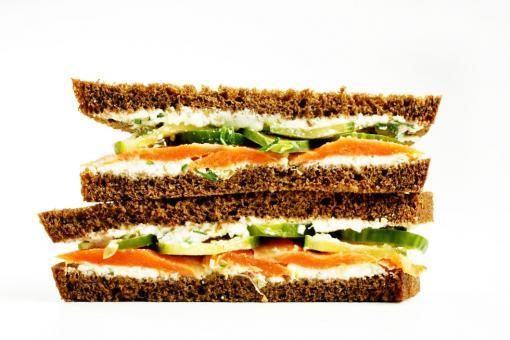 طريقة عمل ساندويش توست السلمون المدخن