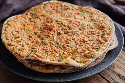 لحم بعجين أرمني أو بيتزا أرمنية