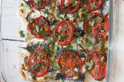 السردين المشوي بخلطة الزيت والطماطم