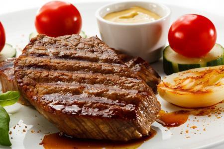 ستيك اللحم بصلصة الخل والثوم