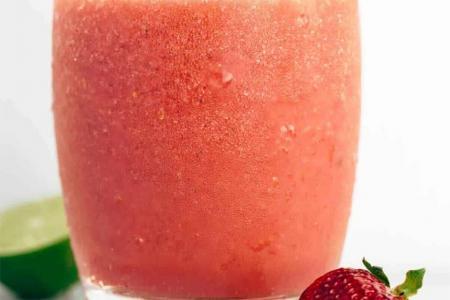 عصير البطيخ الأحمر والفراولة