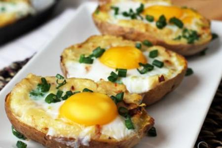 البطاطس المشوية مع البيض المقلي