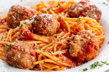 المكرونة سباغيتي بصلصة الطماطم وكرات اللحم
