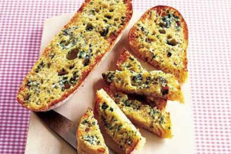 خبز الثوم المحمص بالريحان في الفرن