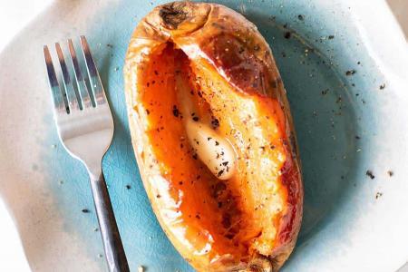 البطاطا الحلوة مشوية بالزبدة