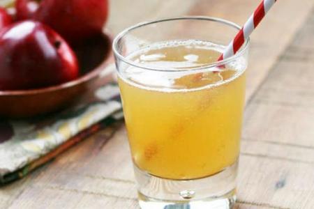 مشروب الصودا مع عصير التفاح