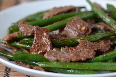 شرائح لحم البقر المتبلة مع الفاصوليا الخضراء
