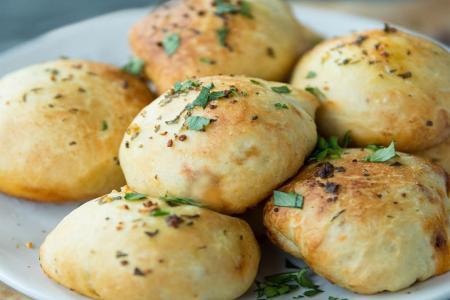 كرات الخبز بالثوم وزيت الزيتون