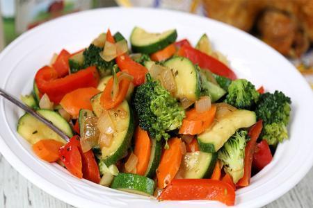 الخضروات السوتيه بنكهة الثوم والزنجبيل